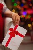 在圣诞节明信片的特写镜头在妇女现有量 库存照片