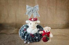 在圣诞节服装装饰的两件填充动物玩偶 库存图片