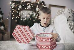 在圣诞节期间的逗人喜爱的小男孩 免版税库存照片