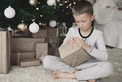 在圣诞节期间的逗人喜爱的小男孩 免版税库存图片