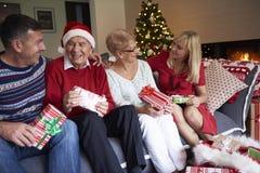 在圣诞节期间的成熟人 免版税库存照片