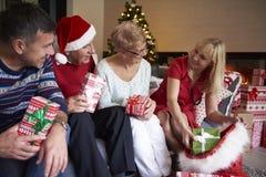 在圣诞节期间的成熟人 库存照片