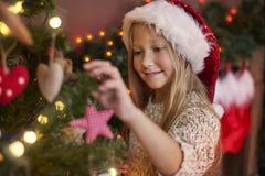 在圣诞节期间的逗人喜爱的女孩 库存图片
