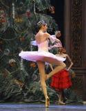 在圣诞节树这芭蕾胡桃钳下的图 库存照片
