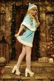 在圣诞节样式装饰的房子门阶的雪未婚 免版税库存图片
