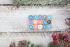 在圣诞节桌上的社会媒介商标立方体 免版税库存图片