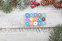 在圣诞节桌上的社会媒介商标立方体 库存照片