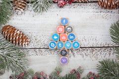 在圣诞节桌上的社会媒介商标立方体 图库摄影
