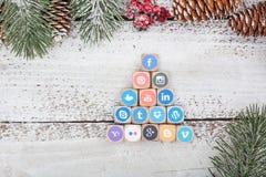 在圣诞节桌上的社会媒介商标立方体 库存图片