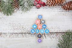 在圣诞节桌上的社会媒介商标立方体 免版税图库摄影