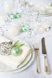 在圣诞节桌上的美丽的碗筷 库存照片