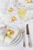 在圣诞节桌上的美丽的碗筷 免版税库存图片