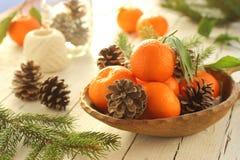 在圣诞节桌上的蜜桔 库存照片