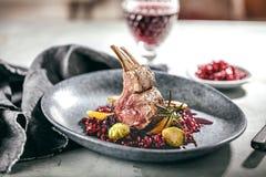 在圣诞节桌fetive dekoration食物的烤小羊或鹿肉肋骨 库存照片