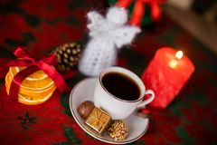 在圣诞节欢乐桌上的白色coffe杯子 免版税库存照片