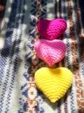在圣诞节毛线衣的Coliurful心脏 图库摄影