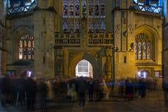 在圣诞节漆黑一团以后的聚会者在巴恩修道院 库存照片
