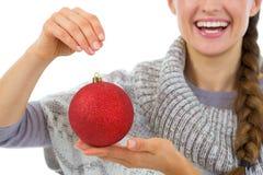 在圣诞节球的特写镜头在手中微笑的妇女 免版税库存图片