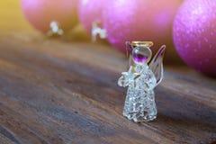在圣诞节球背景的水晶天使  cristmas 12月 免版税库存照片