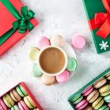 在圣诞节的五颜六色的法国macarons 图库摄影