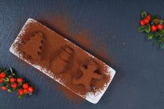 在圣诞节的假日食物概念自创块菌状巧克力和新年装饰在黑板岩石头塑造 库存图片