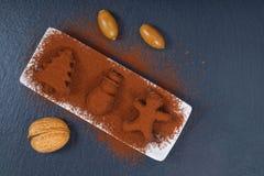 在圣诞节的假日食物概念自创块菌状巧克力和新年装饰在黑板岩石头塑造 库存照片