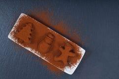 在圣诞节的假日食物概念自创块菌状巧克力和新年装饰在黑板岩石头塑造 免版税库存照片