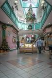 在圣诞节的商城内部 免版税库存图片