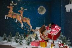 在圣诞节的圣诞老人Reinder有雪撬的和礼物在盐` Elpidio购物母马 免版税库存图片