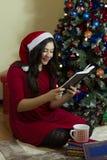 在圣诞节的女孩读书 图库摄影