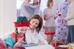 在圣诞节的家庭时间 免版税库存图片
