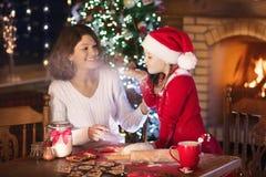在圣诞节的家庭烘烤 母亲和孩子烘烤 免版税库存图片