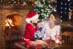 在圣诞节的家庭烘烤 母亲和孩子烘烤 免版税库存照片