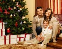 在圣诞节的家庭装饰了房子 免版税图库摄影