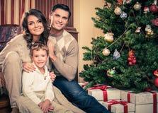在圣诞节的家庭装饰了房子 免版税库存图片