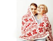 在圣诞节的年轻人相当少年夫妇在红色12月计时温暖 免版税库存照片