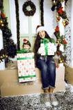 在圣诞节的愉快的家庭在等待gests和微笑的红色帽子室外 库存照片