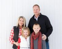 在圣诞节的愉快的家庭 免版税库存图片
