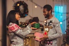 在圣诞节的愉快的非裔美国人的夫妇 库存照片