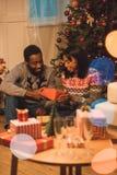 在圣诞节的愉快的非裔美国人的夫妇 免版税图库摄影