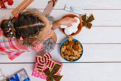 在圣诞节的梦想生活 被满足的孩子 免版税库存照片