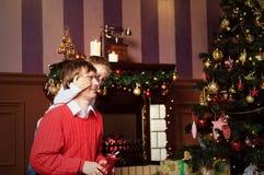 给在圣诞节的父亲和儿子礼物 免版税图库摄影