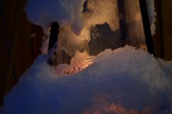 在圣诞节的积雪的蜡烛光灯笼 免版税库存照片