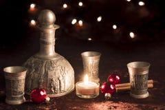 在圣诞节的老酒水罐奖杯 库存图片