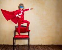 在圣诞节的超级英雄孩子 免版税库存照片