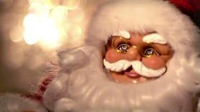 在圣诞节的跳舞圣诞老人。 影视素材