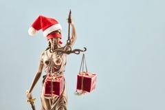 在圣诞节的Justitia与礼物 免版税库存照片