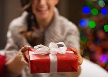 在圣诞节礼物盒的特写镜头在妇女现有量 免版税图库摄影