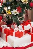 在圣诞节礼物箱子的特写镜头在圣诞树下 图库摄影