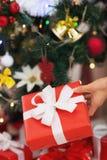 在圣诞节礼物箱子的特写镜头在圣诞树背景 免版税库存照片
